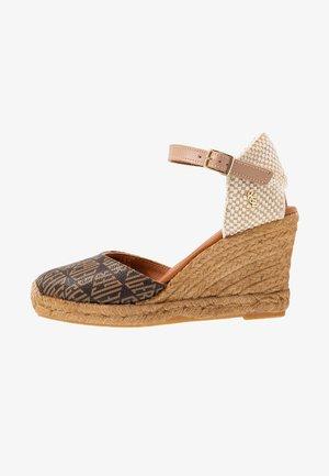 MONTY MONOGRAM - Sandály na vysokém podpatku - brown