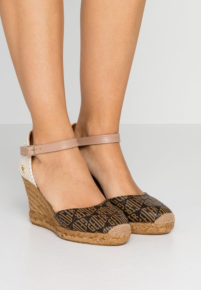 MONTY MONOGRAM - Sandalen met hoge hak - brown