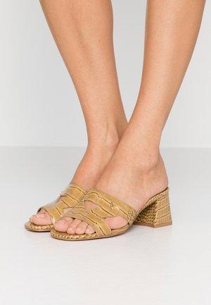 ODINA BLOCK - Pantofle na podpatku - camel