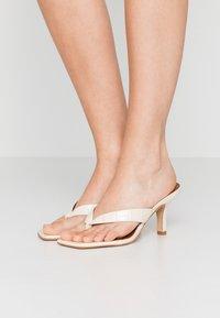 Kurt Geiger London - BIANKA - Sandály s odděleným palcem - bone - 0