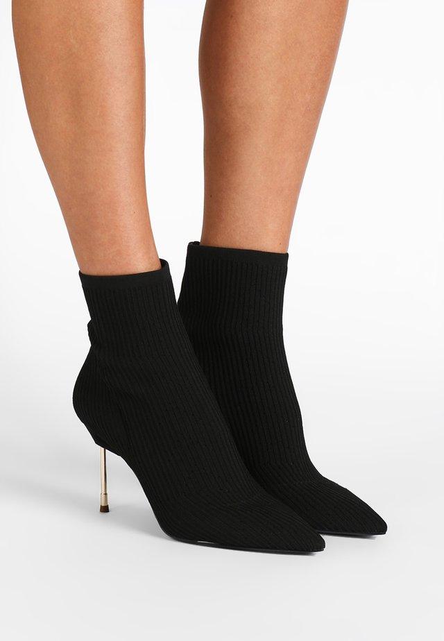 BARBICAN - High Heel Stiefelette - black