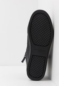 Kurt Geiger London - JACOBS - Korkeavartiset tennarit - black - 4