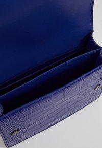 Kurt Geiger London - SHOREDITCH CROSS BODY - Handtasche - purple - 4