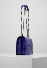 Kurt Geiger London - SHOREDITCH CROSS BODY - Handtasche - purple - 3