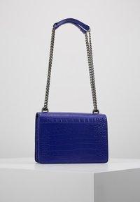 Kurt Geiger London - SHOREDITCH CROSS BODY - Handtasche - purple - 2
