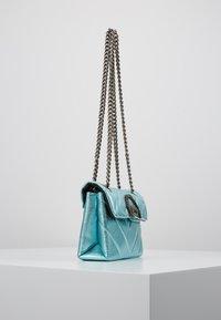 Kurt Geiger London - EXCLUSIVE MINI KENSINGTON BAG - Skuldertasker - turquoise - 3