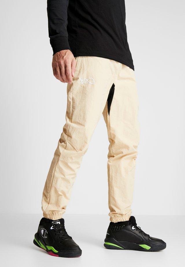 HOOL PANTS - Teplákové kalhoty - marzipan