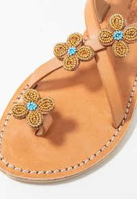 laidbacklondon - BLYTH FLAT - T-bar sandals - metal gold / turquoise - 2