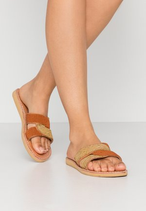 BANDIT FLAT - Mules - light brown/metallic gold/rust