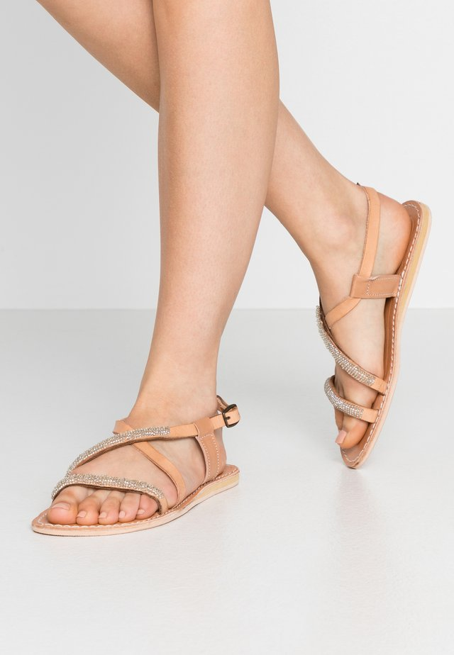 AZARI FLAT - Riemensandalette - light brown/silver