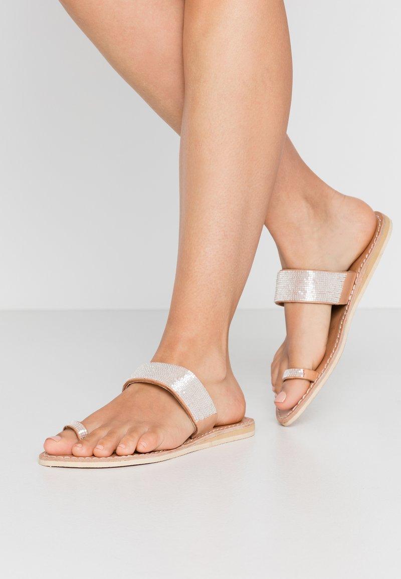 laidbacklondon - TRENT FLAT - T-bar sandals - light brown/snow white