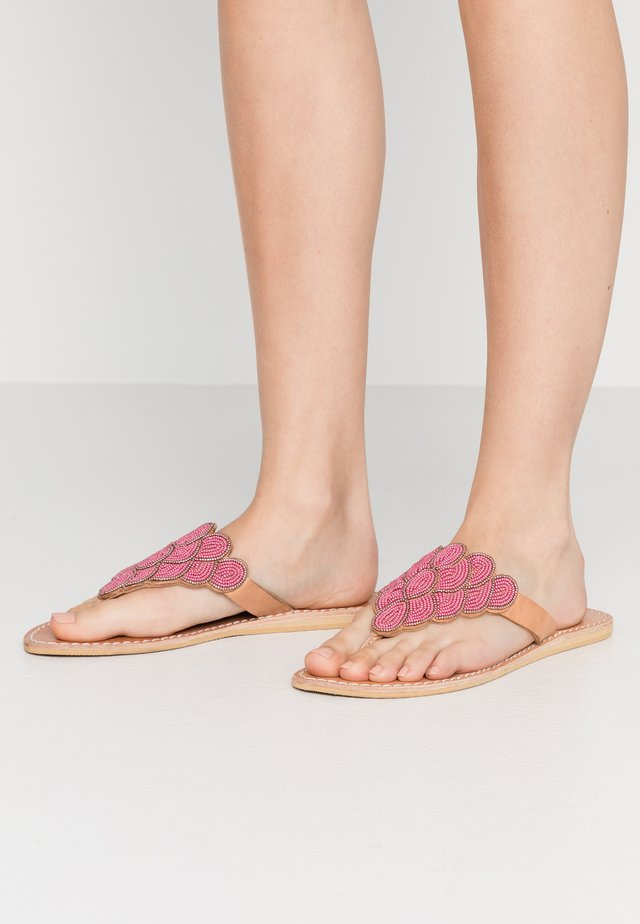 LAITH FLAT - Zehentrenner - light brown/metal dark pink