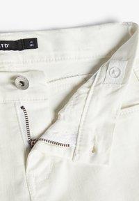 LMTD - BIKER - Shorts di jeans - white denim - 3