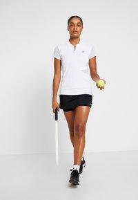 Lacoste Sport - TENNIS  - T-shirt med print - white/black - 1