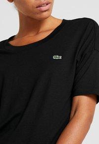 Lacoste Sport - T-shirt med print - black/white - 4