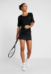 Lacoste Sport - T-shirt med print - black/white - 1