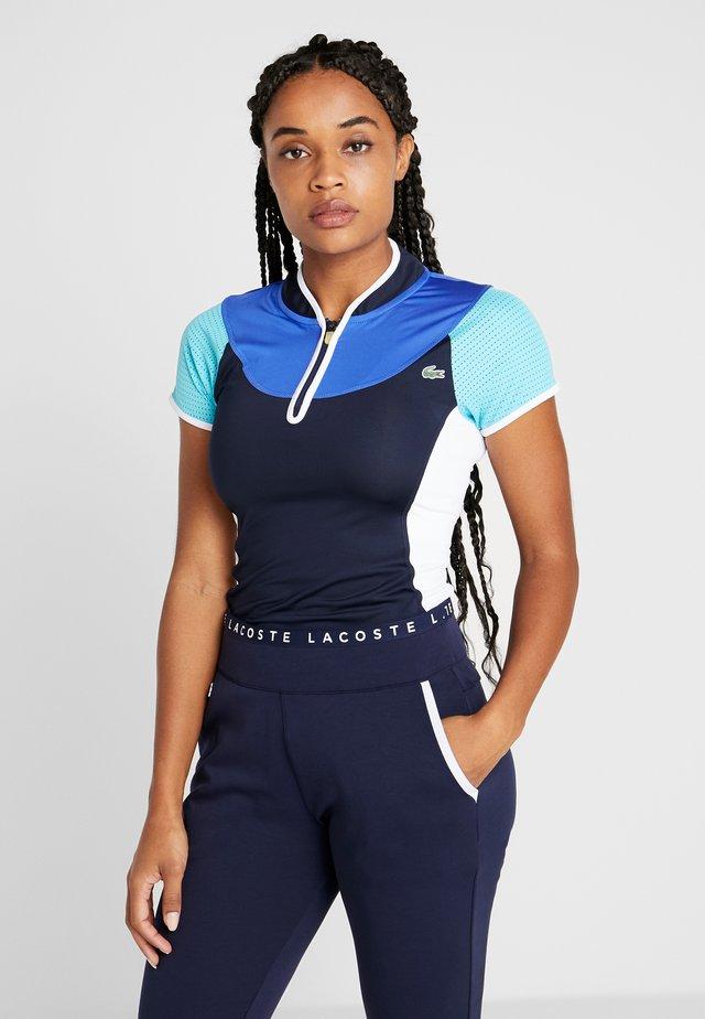 TENNIS SHIRT - T-shirt z nadrukiem - navy blue/haiti blue/white/lemon