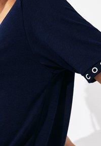 Lacoste Sport - TENNIS  - T-shirt imprimé - bleu marine / bleu marine / blanc / bleu marine - 4