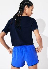 Lacoste Sport - TENNIS  - T-shirt imprimé - bleu marine / bleu marine / blanc / bleu marine - 1