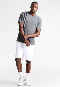 Lacoste Sport - HERREN T-SHIRT - T-shirt - bas - pitch - 1