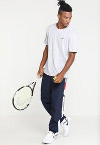 Lacoste Sport - HERREN T-SHIRT - T-shirt - bas - argent chine - 1