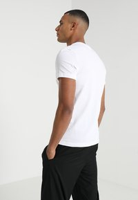 Lacoste Sport - BIG LOGO - T-Shirt print - white/black - 2