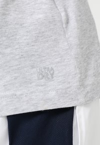 Lacoste Sport - BIG LOGO - T-shirt med print - silver chine/navy blue - 4