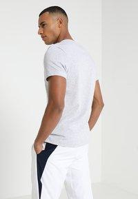 Lacoste Sport - BIG LOGO - T-shirt med print - silver chine/navy blue - 2