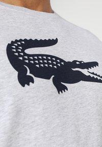 Lacoste Sport - BIG LOGO - T-shirt med print - silver chine/navy blue - 6