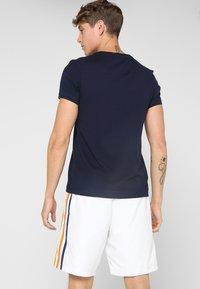Lacoste Sport - BIG LOGO - T-shirt med print - navy blue/white - 2