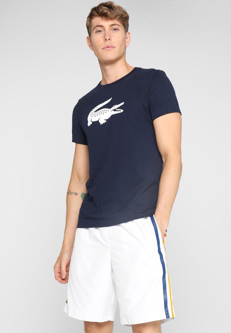 Lacoste Sport - BIG LOGO - T-shirt med print - navy blue/white