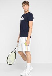 Lacoste Sport - BIG LOGO - T-shirt med print - navy blue/white - 1