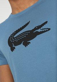 Lacoste Sport - BIG LOGO - T-shirt med print - neottia/black - 6