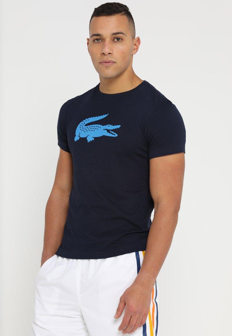 Lacoste Sport - BIG LOGO - T-shirt med print - navy blue/pratensis