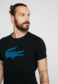 Lacoste Sport - BIG LOGO - Printtipaita - black/illumination - 3
