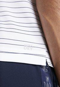 Lacoste Sport - Camiseta de deporte - white/navy blue - 3