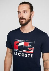 Lacoste Sport - GRAPHIC - Print T-shirt - navy blue/white/red - 3