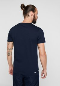 Lacoste Sport - GRAPHIC - Print T-shirt - navy blue/white/red - 2