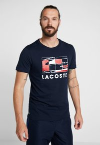 Lacoste Sport - GRAPHIC - Print T-shirt - navy blue/white/red - 0