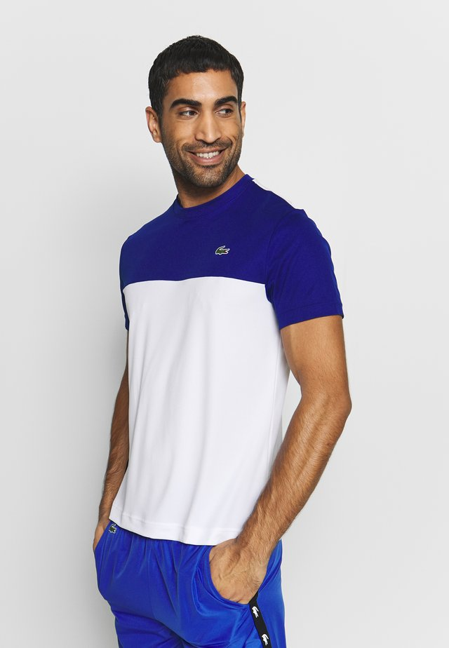 TENNIS BLOCK - T-shirt z nadrukiem - cosmic/white/black