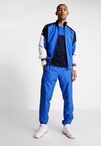 Lacoste Sport - TENNIS BLOCK - T-shirt imprimé - obscurity/navy blue/white - 1