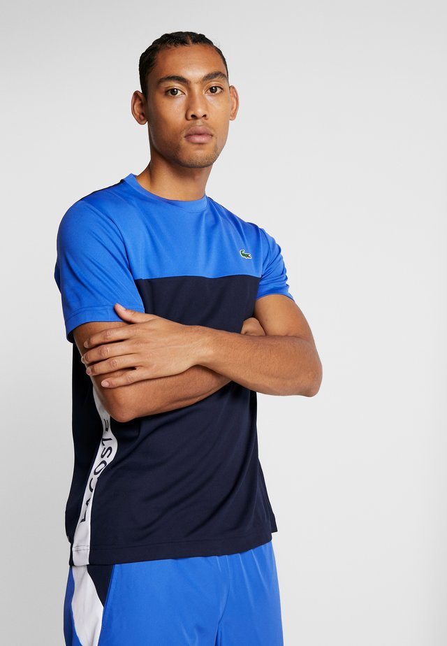 TENNIS BLOCK - Print T-shirt - obscurity/navy blue/white