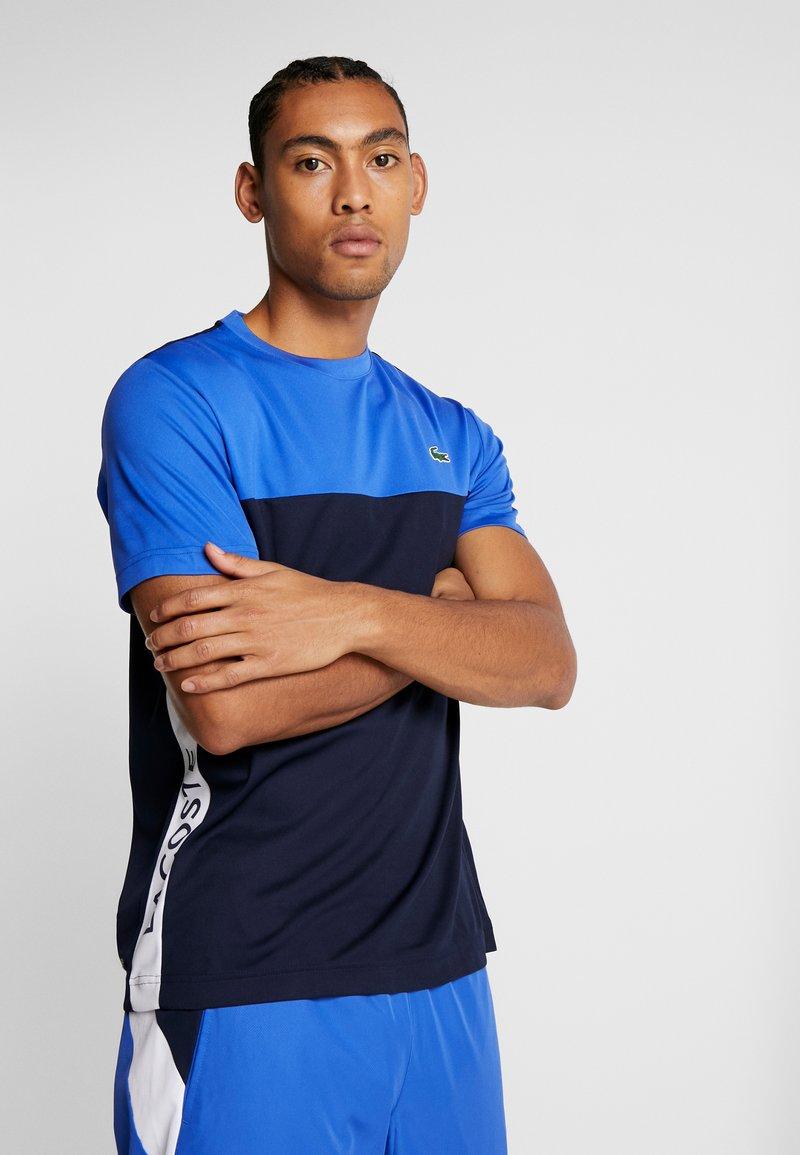 Lacoste Sport - TENNIS BLOCK - T-shirt imprimé - obscurity/navy blue/white