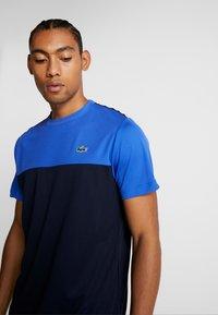 Lacoste Sport - TENNIS BLOCK - T-shirt imprimé - obscurity/navy blue/white - 3