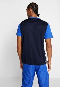 Lacoste Sport - TENNIS BLOCK - T-shirt imprimé - obscurity/navy blue/white - 2
