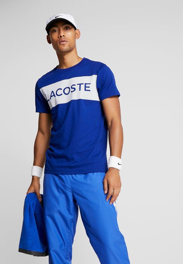 LOGO  - T-shirt imprimé - cosmic/white
