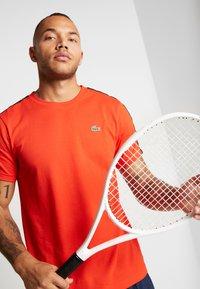 Lacoste Sport - TAPERED - T-shirt print - corrida/black - 3
