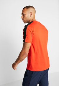 Lacoste Sport - TAPERED - T-shirt imprimé - corrida/black - 2