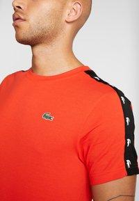 Lacoste Sport - TAPERED - T-shirt imprimé - corrida/black - 5
