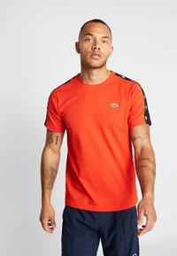 Lacoste Sport - TAPERED - T-shirt print - corrida/black - 0